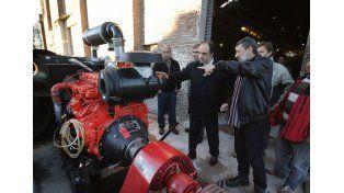 El intendente observó ayer el nuevo equipo de bombeo para la zona oeste de la ciudad.