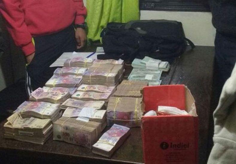 Esquivaron un control y tiraron desde un auto más de un millón de pesos y cheques