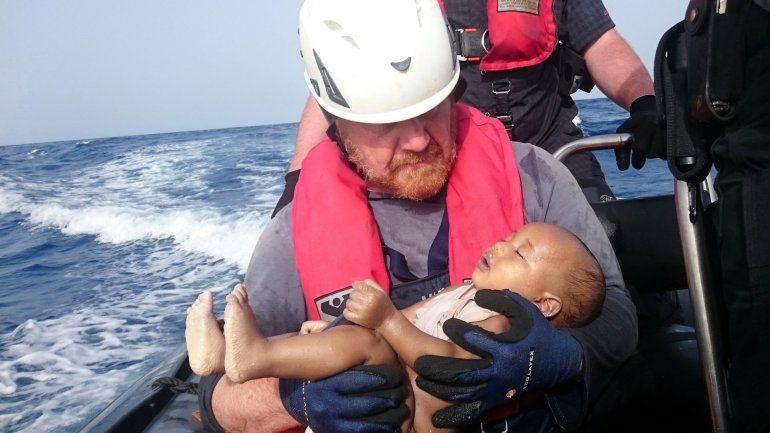 La conmovedora foto del rescatista con un bebé migrante: Lo protegí como si estuviera vivo
