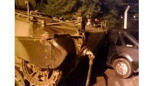 Un tanque de guerra del Ejército chocó con un auto