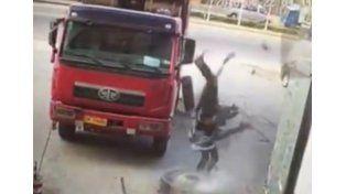 Un mecánico voló por los aires al explotar el neumático de camión que estaba arreglando