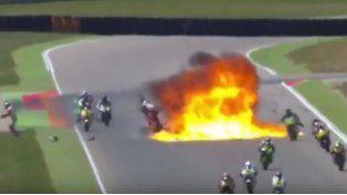 ¡Impresionante! Le explotó la moto en plena carrera