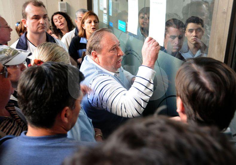 Registro. El 9 de septiembre del 2012 los clientes esperaban fuera del banco para saber si habían sido afectados por el robo. UNO de Santa Fe/José Busiemi