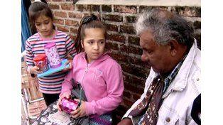 Una historia conmovedora: Una nena le enseña a leer a un hombre de 59