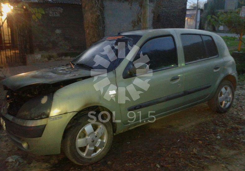 El auto incendiado en Nueva Pompeya./ gentileza: FMSol 91.5