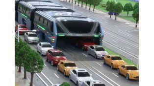 Presentan un colectivo que pasa por encima de los autos para evitar embotellamientos
