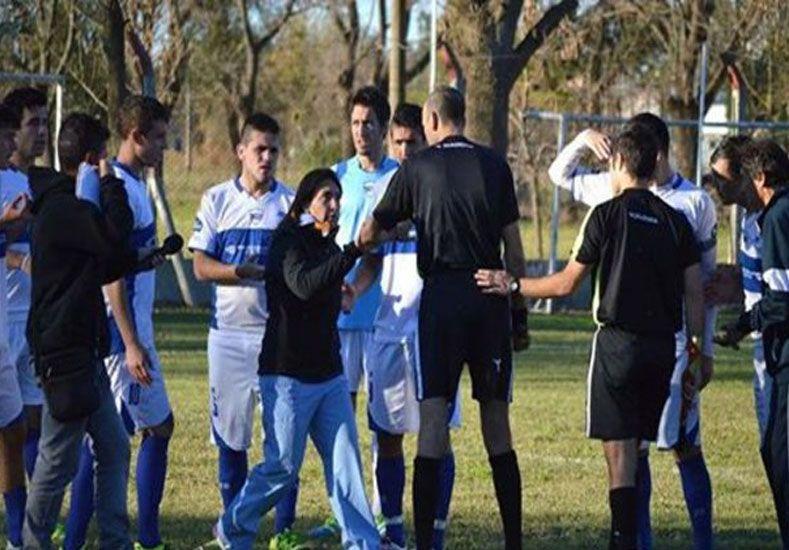 Una doctora frenó un partido para impedir que un futbolista siguiera jugando