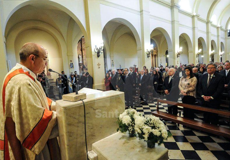Las autoridades provinciales y locales en la homilía celebrada en la Catedral santafesina. // Mauricio Centurión/ UNO Santa Fe