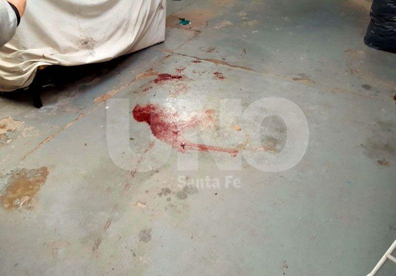 La mancha de sangre indica el lugar en el cual el oficial Gómez cayó desde el techo del galpón