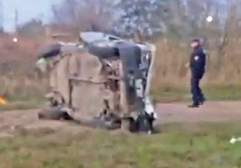 Conmoción. Así quedó el automóvil que impactó a los dos jóvenes. Uno de los muchachos murió en el acto; el otro unas horas después / Foto: Gentileza FM Power Max