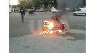 Una moto se prendió fuego por un desperfecto mecánico