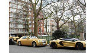 En su paseo por Londres lo multaron por estacionar mal sus cuatro vehículos de alta gama.