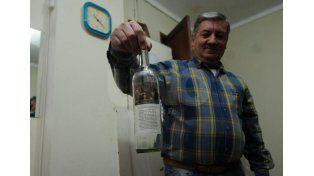 Uno de los asistentes de la parroquia mostró la botella vacía del vino de misa. Foto: Mauricio Centurión