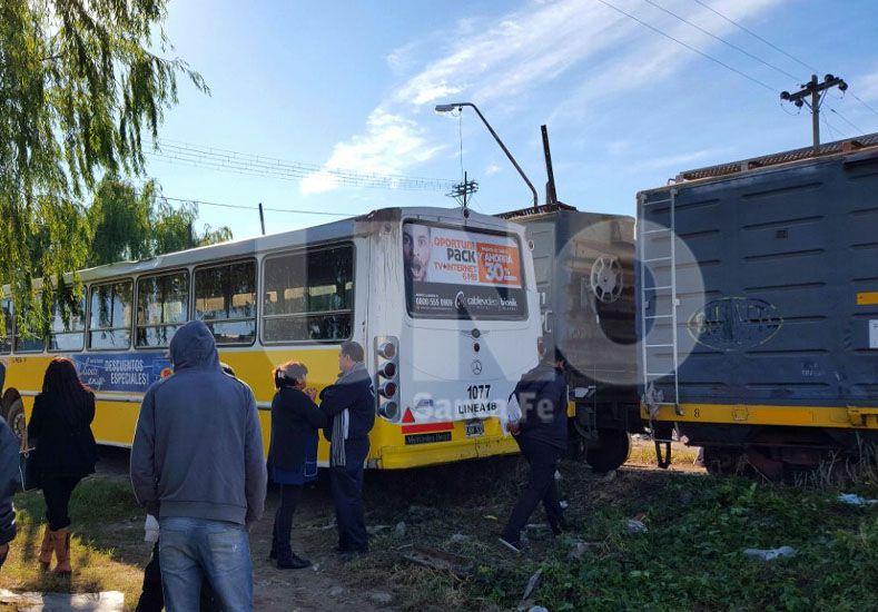 Un tren chocó con un colectivo de la línea 18