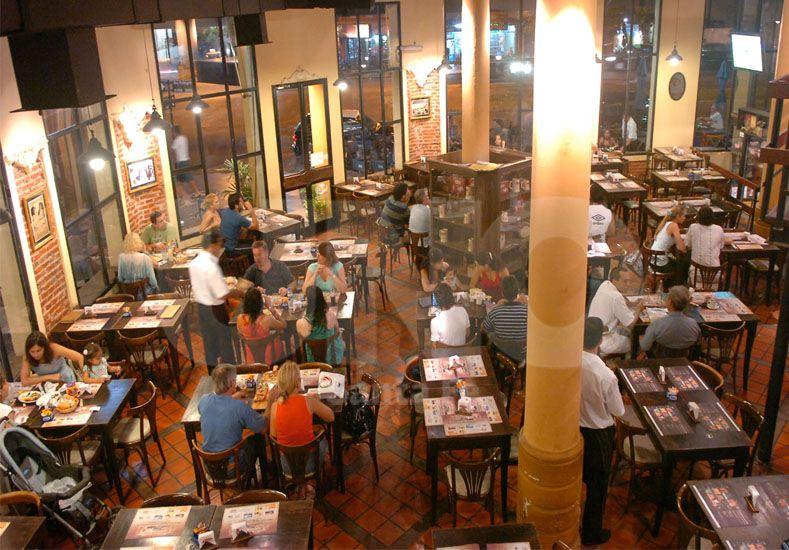 Medidos. Los comensales santafesinos se cuidan en no excederse y miden constantemente el gasto / Foto: Juan M. Baialardo.