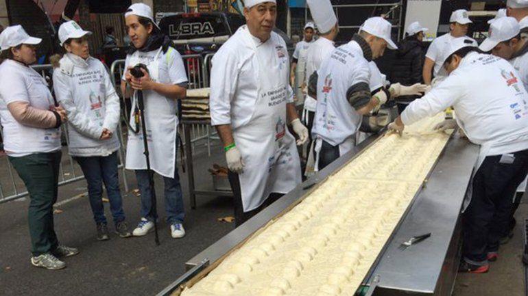 Cocinan una empanada de 80 metros en plena avenida de Mayo