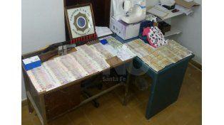 Miles de pesos y dólares en billetes