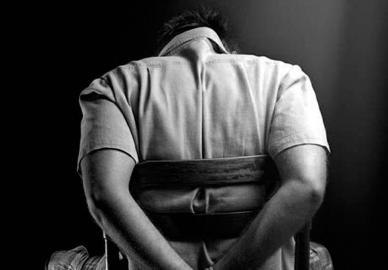 Un hombre fue abusado por sus compañeros de trabajo durante un año