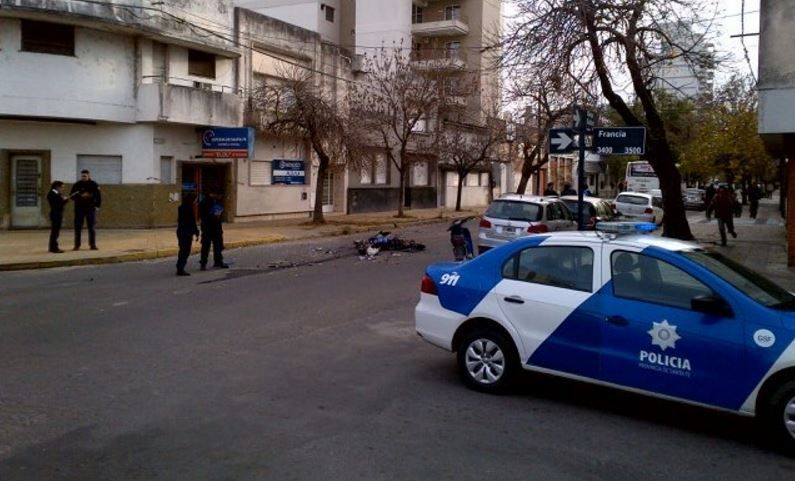 Un colectivo embistió a una moto en el microcentro y dejó un herido grave