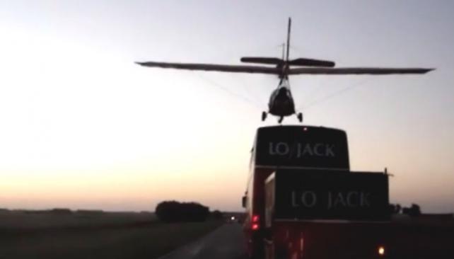 La última locura de Marcos Di Palma: aterrizó una avioneta en el techo de su motorhome en plena ruta
