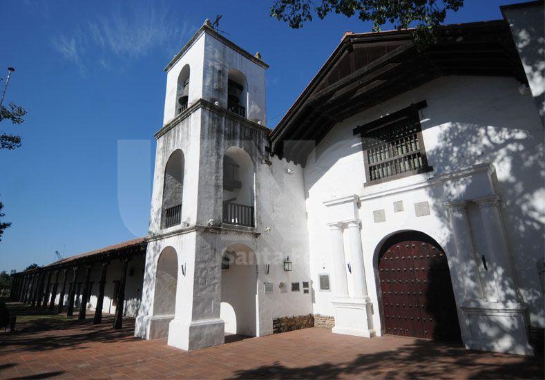Fachada. El frente del  Convento de San Francisco registra problemas de humedad sobre la galería. UNO de Santa Fe/Juan M. Baialardo