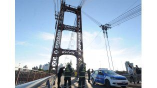 Rescataron a dos jóvenes que amenazaban con tirarse del Puente Colgante