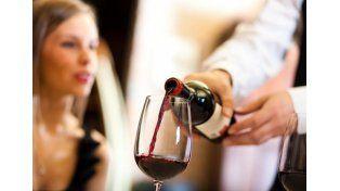 Dos jóvenes aseguran que pueden transformar agua en buen vino en pocos minutos