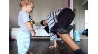 Un padre y su bebé se desafían en una imperdible batalla de breakdance