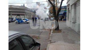 Un auto se incendió en pleno barrio Candioti