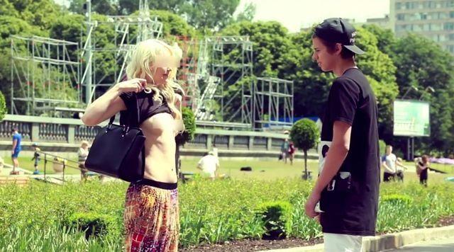 Un millonario de 16 años le ofrece dinero a las mujeres para que se desnuden en público
