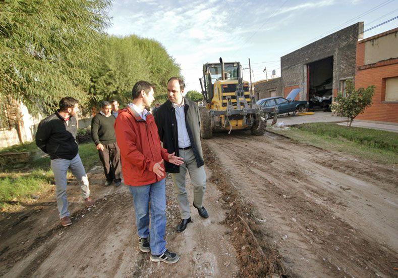 Luego de la lluvia, trabajan para recuperar calles de tierra y arena