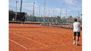 1-De primer nivel. La entidad  cuenta con 10 canchas (con iluminación) de polvo de ladrillo para los adeptos al tenis.