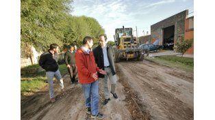 Trabajan en la recuperación de las calles de tierra y arena de la ciudad