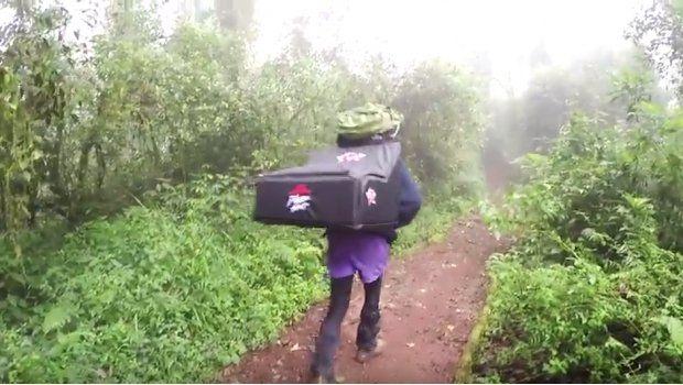 Entregan una pizza en la cima del monte Kilimanjaro y entran al libro de Récords Guinness
