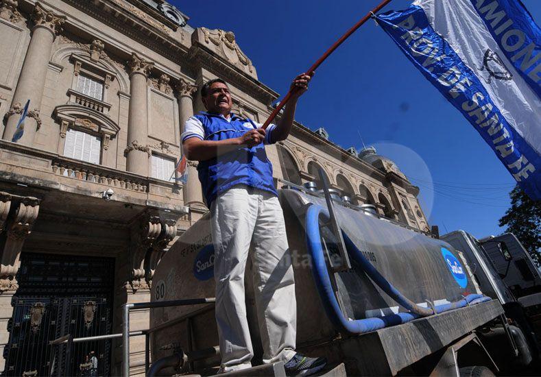 Movilización. Muchos camiones se estacionaron frente a la Casa de Gobierno y en el sur de la ciudad / Foto: Manuel Testi - Uno Santa Fe