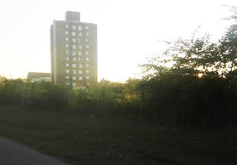 Detras de las torres del complejo ubicado sobre calle Mendoza están los terrenos que piden que sean utilizados.