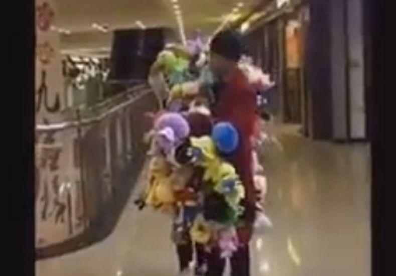 Le ganó a la máquina de peluches y se llevó todos los muñecos