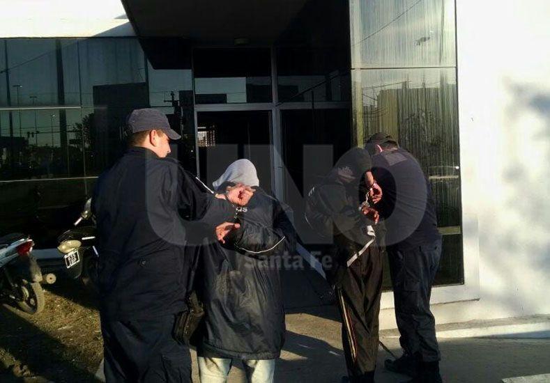 Persecución y arresto de dos arrebatadores callejeros que asaltaron a una mujer
