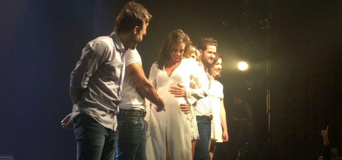 Emilia Attias mostró su pancita de embarazada en teatro y en Instagram