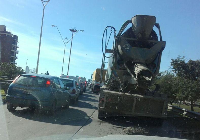 Volcó un camión en la Bajada Distéfano y produjo un caos vehicular en la ruta 168