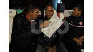 El entrenador y su ayudante Adrián Czornomaz ya planificaron la estrategia para intentar sumar nuevamente de a tres / Foto: José Busiemi - Uno Santa Fe