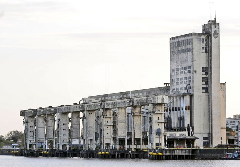 Se reanuda el servicio de barcazas en el puerto