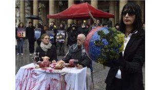 Los amenazan de muerte por comer carne y ser dueños de un restaurante vegetariano