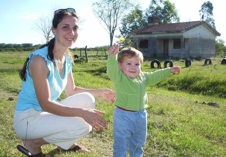 Demolida. Claudia y uno de sus hijos en la vivienda que fue tumbada
