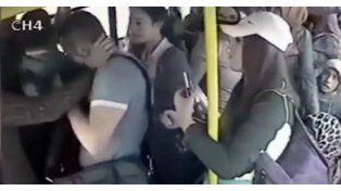 Video: pervertido sacó el pene en el micro y lo bajaron a las piñas