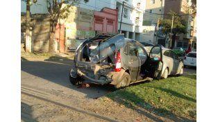 El tren destrozó un vehículo estacionado cerca de las vías en Bº Mariano Comas