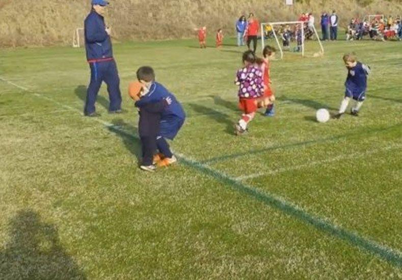 Pura ternura: en medio del partido de fútbol le da un abrazo al hermanito
