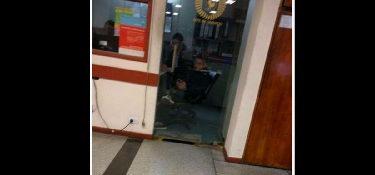 La foto de Federico Bal en la comisaría al momento de denunciar a Barbie Vélez
