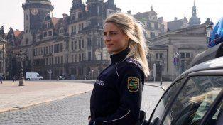 Una agente de policía revoluciona la calle porque todos quieren ser arrestados por ella