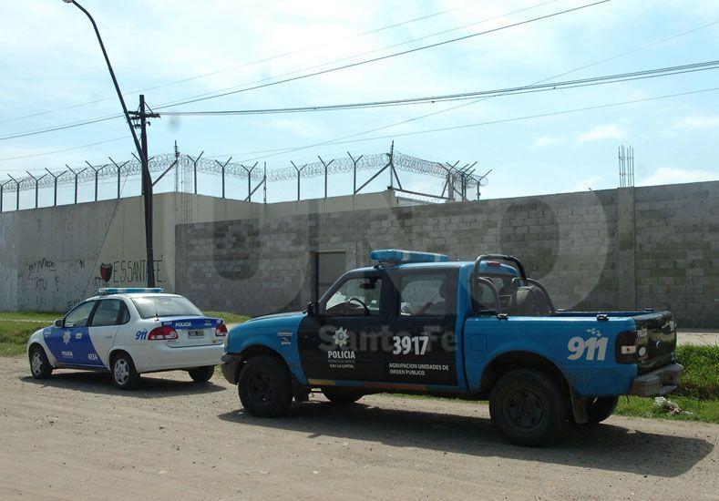 Por atrás. El interno logró escapar por una puerta ubicada en un muro que comunica con calle Gorriti. Foto: Juan Baialardo / UNO Santa Fe